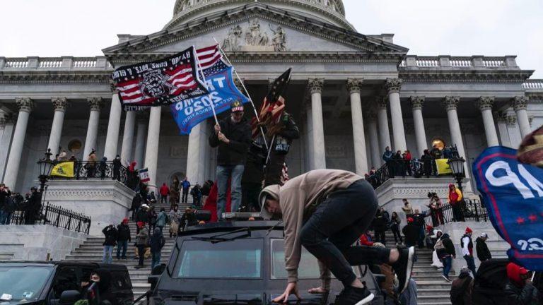 Los fanáticos de Trump invaden el Capitolio, mientras su presidencia se desintegra