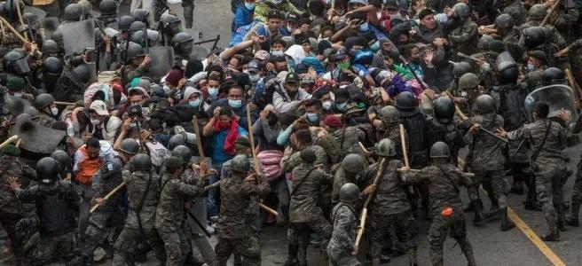 Guatemala – Violenta represión policial a caravana de migrantes hondureños.